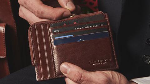 Eleganti, casual, grandi o tascabili: ecco i portafogli firmati uomo-donna